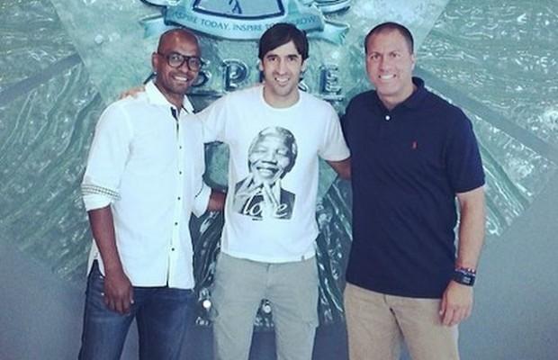 Raúl González Blanco, en compañía de Marcos Senna y el técnico Giovanni Savarese.